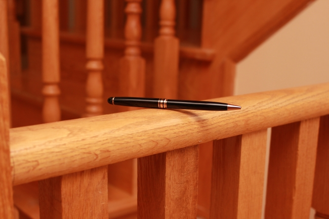 pen-balancing-on-railing